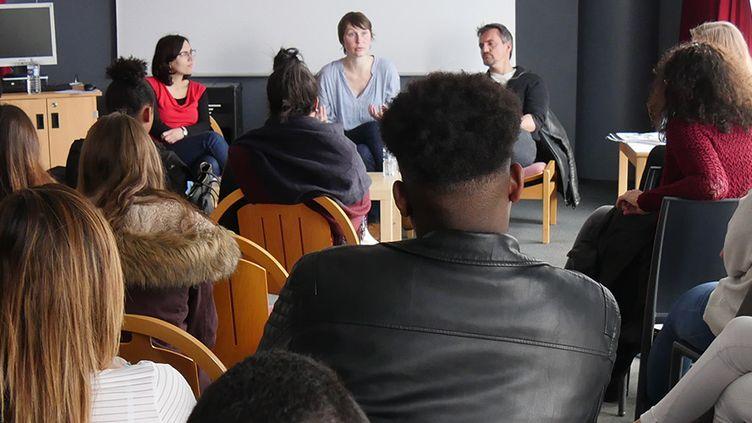 Sophie Roussier, Alexandra Bogaert etThierry Chavant devant les élèves du lycées Flora Tristan