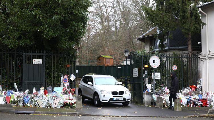 Des bouquets ont été déposés par des fans devant la maison de Johnny Hallyday, le 7 décembre 2017 à Marnes-la-Coquette (Hauts-de-Seine), après la mort du chanteur. (MAXPPP)