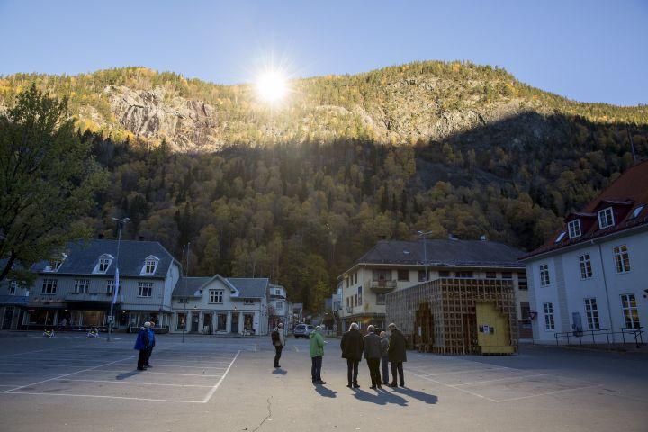Les trois miroirs géants deRjukan (Norvège) permettent d'éclairer le centre-ville en hiver, comme lors de la prise de cette photo le 18 octobre 2013. (MEEK, TORE / NTB SCANPIX / AFP)