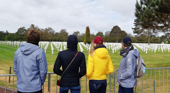 Les visiteurs ne se bousculent pas au cimetière américain de Colleville-sur-Mer, le 5 juin 2020. Des barrières ont été mises en place pour bloquer l'accès aux tombes et éviter que les gens se croisent. (BENJAMIN  ILLY / RADIO FRANCE)