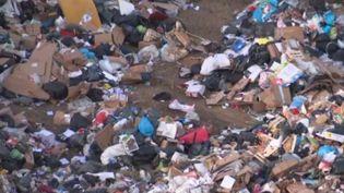 À Marseille (Bouches-du-Rhône), les éboueurs sont en grève pour protester contre la réforme des retraites. Dans les rues, les poubelles s'amoncellent, à tel point qu'une partie des déchets est stockée à l'est de la ville, sur un terrain qui appartient à la métropole. Les grévistes l'accusent de déplacer le problème. (FRANCE 2)