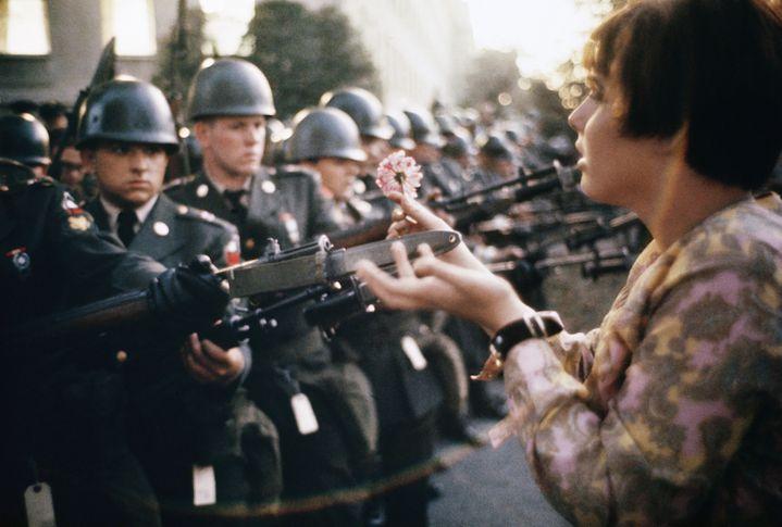 """Marc Riboud, """"La jeune fille à la fleur"""", Manifestation contre la guerre au Vietnam, Washington, États-Unis, 21 octobre 1967 (© Marc Riboud / Fonds Marc Riboud au MNAAG)"""