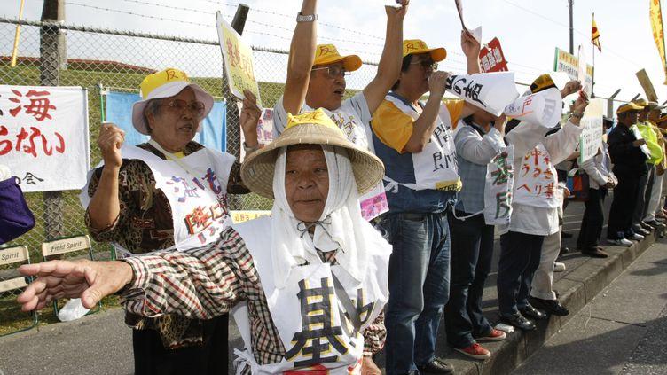 Les résidents deNago, sur l'île japonaise d'Okinawa,protestent contre les bases américaines, le 4 mai 2010. (ISSEI KATO / REUTERS)