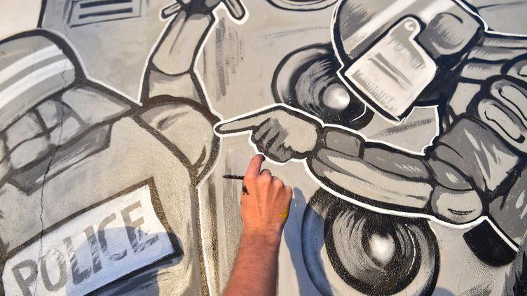 Détail d'unefresque rendant hommage à Steve Maia Caniço, près du quai Wilson à Nantes, le 30 juillet 2019. (LOIC VENANCE / AFP)