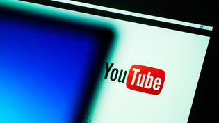 La plateforme YouTube, utilisée sur un ordinateur à Bamberg (Allemagne), le 19 janvier 2017. (NICOLAS ARMER / DPA / AFP)