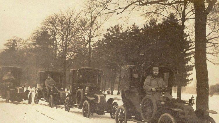 Les taxis Renault AG-1 de la Marne, réquisitionnés sur ordre du général Gallieni, gouverneur militaire de Paris. (HERITAGE IMAGES / HULTON ARCHIVE / GETTY IMAGES)