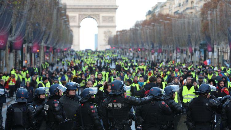 """Des """"gilets jaunes"""" sur l'avenue des Champs-Elysées (Paris), le 8 décembre 2018. (MUSTAFA YALCIN / AFP)"""