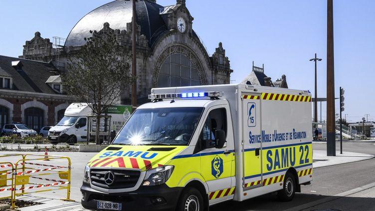 Un véhicule du Samu à Saint-Brieuc (Côtes-d'Armor), le 1er avril 2020. (DAMIEN MEYER / AFP)