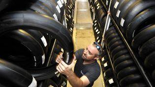 Un employé s'active dans une usine Michelin de Clermont-Ferrant (Puy-de-Dôme), le 31 août 2012. (MAXPPP)