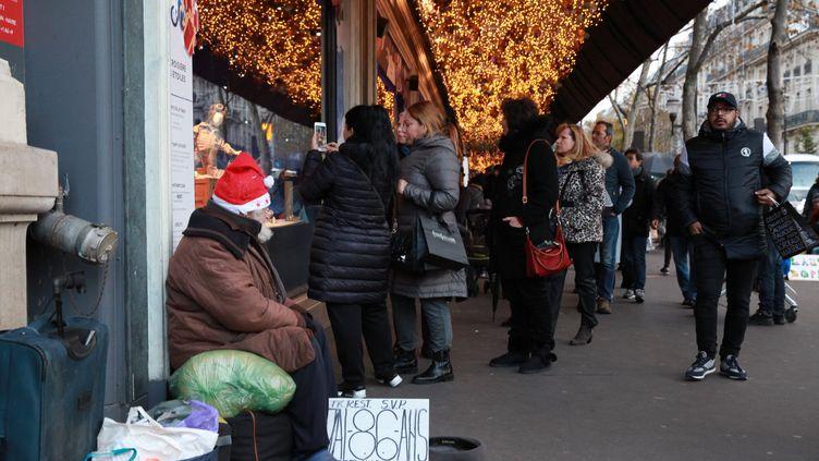 Une personne sans-abri fait la manche devant les grands magasins du Boulevard Haussmann, à Paris, en novembre 2017. (MAXPPP)