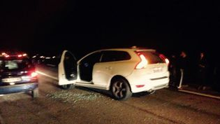 La voiture visée par des coups de feu, le 29 octobre 2015, en Corse-du-Sud. (FRANCE 3 CORSE / FRANCETV INFO)