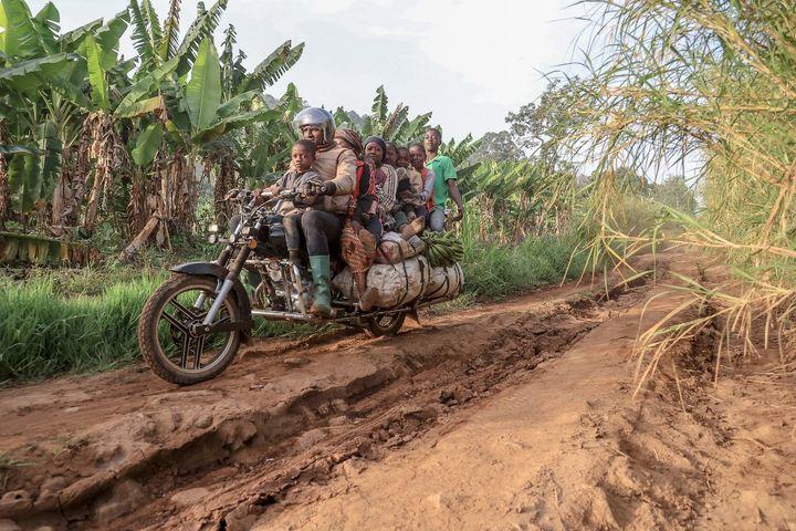 La moto est une aubaine pour les fermiers. C'est le seul véhicule qui passe sur les pistes défoncées qui mènent aux champs. (DANIEL BELOUMOU OLOMO / AFP)