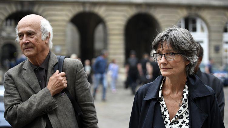 Le père et la mère de Clément Méric, Paul-Henri et Agnès Méric, dans la cour du palais de Justice de Paris, le 4 septembre 2018. (ERIC FEFERBERG / AFP)