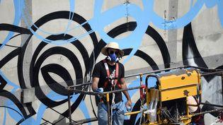 EL Seed en plein travail à l'Institut du Monde arabe, à Paris, le 11 juin 2014  (Stéphane de Sakutin / AFP)