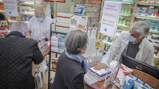 Un pharmacien délivre des masques chirurgicaux, le 6 mai 2020, à Paris. (MAXPPP)