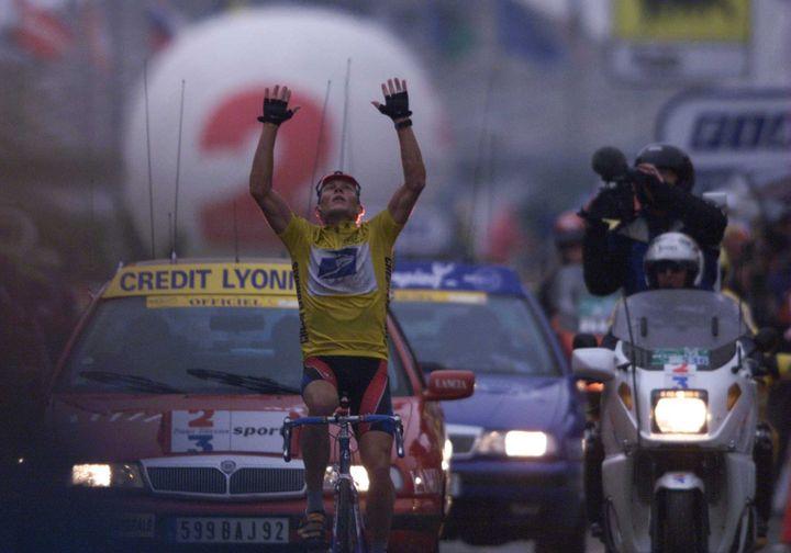 Le coureur américain Lance Armstrong remporte dans la brume la 8e étape du Tour de France entre le Grand Bornand et Sestrières (en Italie), le 13 juillet 1999. (TOM ABLE-GREEN / GETTY IMAGES EUROPE)