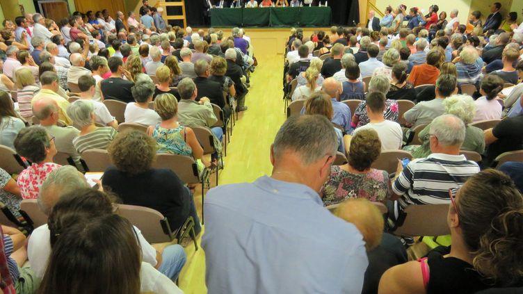 Le centre socioculturel de Forges-les-Bains (Essonne) est bondé, le 7 septembre 2016, pour une réunion d'informations sur le futur centre d'accueil de demandeurs d'asile. (MAXPPP)