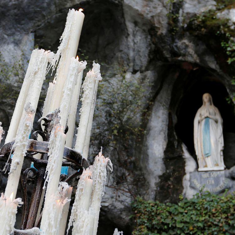 Des cierges à l'entrée de la grotte de Massabielle, à Lourdes (Hautes-Pyrénées), le 4 novembre 2016. (REGIS DUVIGNAU / REUTERS)