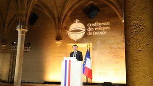 Emmanuel Macron prononce un discours devant la Conférence des évêques de France, le 9 avril 2018, au Collège des Bernardins, à Paris. (LUDOVIC MARIN / AFP)
