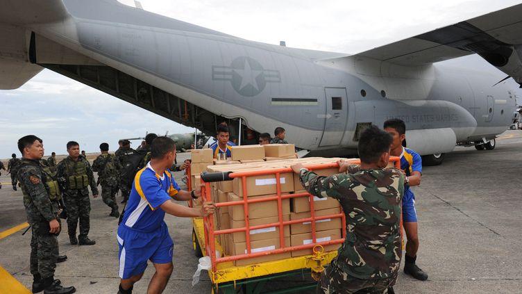 De l'aide humanitaire américaine est débarquée à l'aéroport de Tacloban (Philippines), le 11 novembre 2013, après le passage du typhon Haiyan. (TED ALJIBE / AFP)