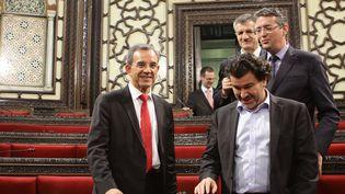 Thierry Mariani (à g.), Nicolas Dhuicq (à d.) et Jean Lassalle (en arrière-plan) au Parlement syrien à Damas, le 12 novembre 2015. (LOUAI BESHARA / AFP)