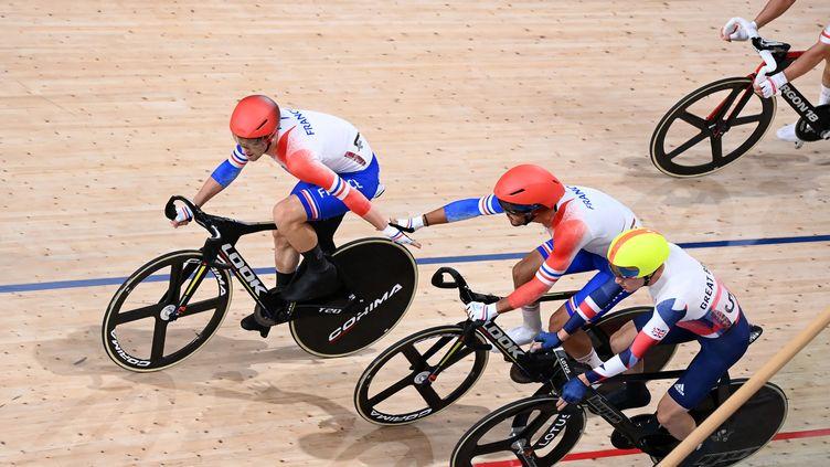 Benjamin Thomas (à gauche) et Donovan Grondin sur la course à l'américaine des Jeux olympiques de Tokyo. (PETER PARKS / AFP)