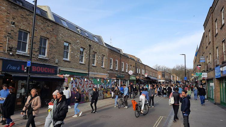 Malgré le confinement, les Londoniens continuent de sortir, ici dansle quartier de Broadway Market, en février 2021. (PAUL J. RICHARDS / AFP)