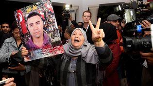 Une mère de victime de tortures en Tunisie, avant le début de l'instance Vérité et Dignité, en novembre 2016. (FETHI BELAID / AFP)