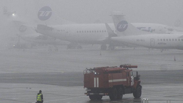 Un camion de pompiers à l'aéroport Vnoukovo à Moscou (Russie), peu après le crash qui a coûté la vie à Christophe de Margerie, le 21 octobre 2014. (MAKSIM BLINOV / AFP)