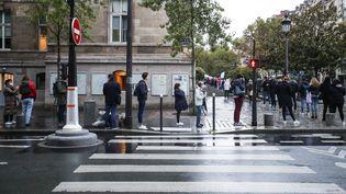 Une file d'attente pour se faire dépister du Covid-19 dans le 15e arrondissement de Paris, le 9 octobre 2020. (MAXPPP)