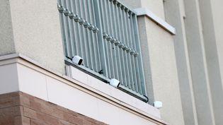 Les caméras de surveillance situées à l'entée de la résidence japonaise de Carlos Ghosn, vendredi 3 janvier 2020 à Tokyo. (BEHROUZ MEHRI / AFP)