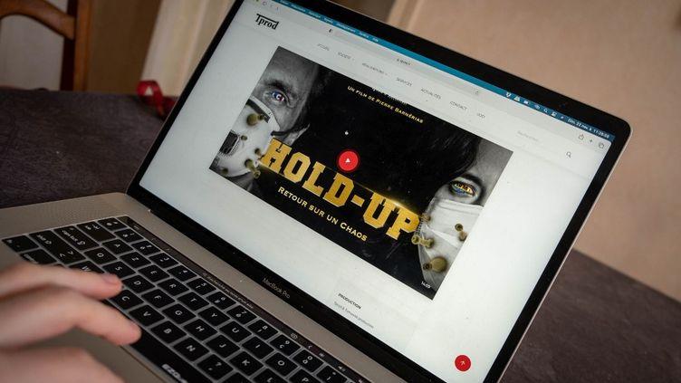 """Le documentaire """"Hold-up"""" sur le Covid-19, qui dénonceun """"complot mondial"""", est disponible sur les écrans depuis le 11 novembre 2020. (FLORIAN JANNOT-CAEILLET? / HANS LUCAS / AFP)"""
