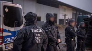"""Opération de police contre le mouvement salafiste """"La vraie religion"""" en Allemagne, ici à Pulheim (Rhénanie-du-Nord-Westphalie), le 15 novembre 2016 (WOLFRAM KASTL / DPA / PICTURE-ALLIANCE)"""