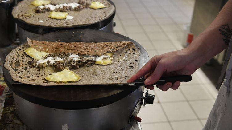 Préparation de crêpes dans un restaurant. (FRED TANNEAU / AFP)