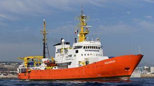 """Le navire """"Aquarius"""" quitte le port de Marseille, le 1er août 2018. (BORIS HORVAT / AFP)"""
