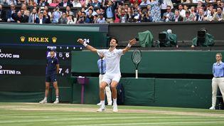 Novak Djokovic exulte après sa victoire à Wimbledon, le 11 juillet 2021 en finale contre Matteo Berrettini. (GLYN KIRK / AFP)