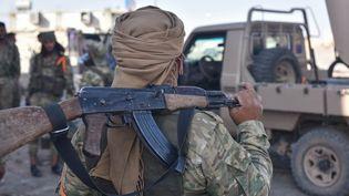 Des membres de l'Armée nationale syrienne, alliée de l'armée turque, le 15 octobre 2019 à Ras al-Aïn, dans le nord-est de la Syrie. (HUSEYIN NASIR / ANADOLU AGENCY / AFP)