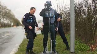 Un faux policier en carton installé par la police des Herbiers (Vendée) pour inciter les automobilistes à se montrer plus prudents. (FRANCE 3)