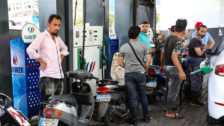 Une file d'attente à une station-service, à Beyrouth (Liban), le 13 août 2021. (ANWAR AMRO / AFP)