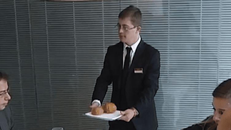 Maxence Réquillart, 23 ans, espère bien être embauché dans le restaurant d'entreprise de cette banque, où il effectue un stage. (FRANCE 2 / FRANCETV INFO)