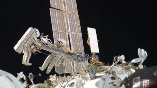 Deuxcosmonautes, Oleg Kononenko et Anton Shkaplerov,réalisent une sortie extravéhiculaire hors de l'ISS, le 16 février 2021. (NASA)