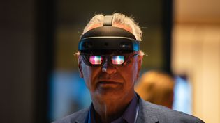 Un homme avec les lunettes Hololens 2 de Microsoft. Photo d'illustration. (PICTURE ALLIANCE / PICTURE ALLIANCE / GETTYIMAGES)