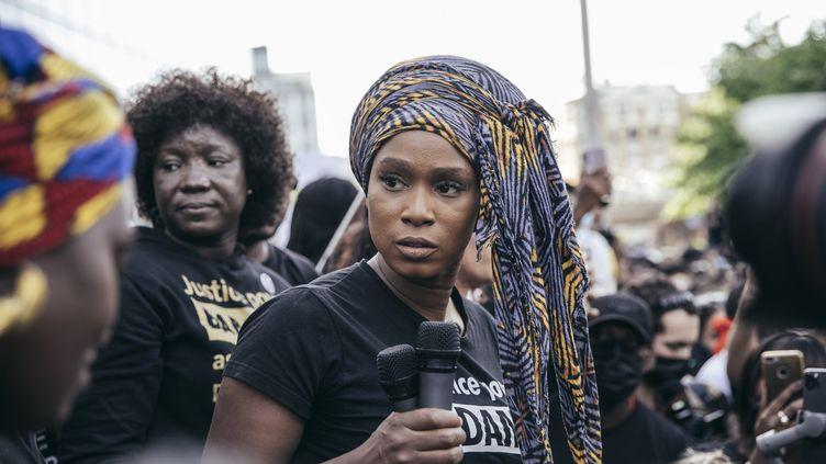 Assa Traoré, la soeur d'Adama Traoré, lors d'une manifestation contre les violences policières, devant le Tribunal de grande instance de Paris, le 2 juin 2020. (YANN CASTANIER / HANS LUCAS)