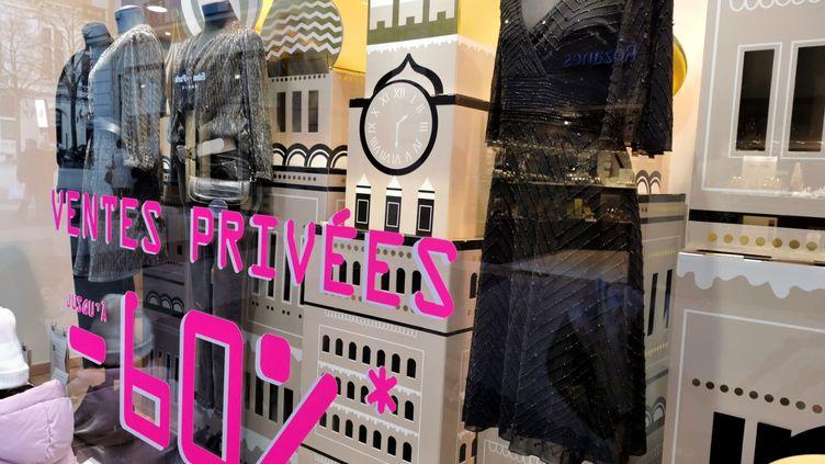 Un magasin de vêtements de Valence (Drôme) organise des ventes privées, le 29 décembre 2020. (NICOLAS GUYONNET / HANS LUCAS / HANS LUCAS VIA AFP)