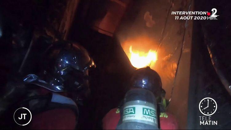Des pompiers lors de l'incendie à Vincennes. (France 2)