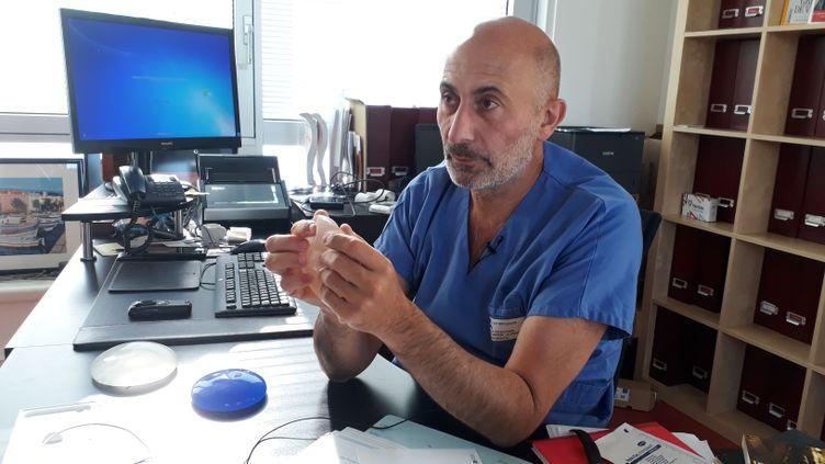 Le professeur LaurentLantiérine pose plus d'implants mammairesmacrotexturés. (ÉLODIE GUÉGUEN / RADIO FRANCE)