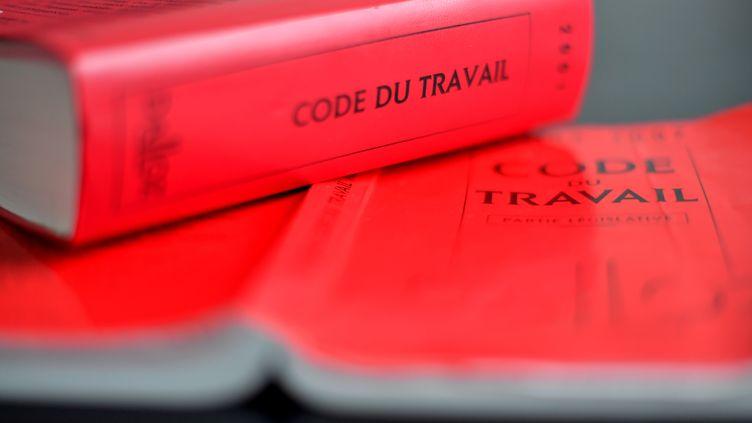 Un exemplaire du Code du travail, le 29 août 2017, à Nantes (Loire-Atlantique). (LOIC VENANCE / AFP)