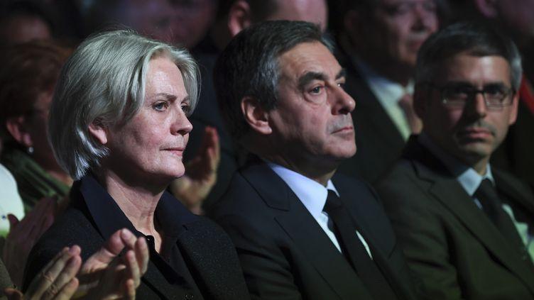 François Fillonet son épouse Penelope lors d'une réunion à la Porte de Versailles à Paris, le 9 avril 2017. (ERIC FEFERBERG / AFP)