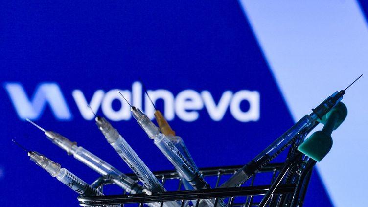 Le laboratoire franco-autrichien Valneva a mis au point un candidat vaccin à virus désactivé. (ARTUR WIDAK / NURPHOTO / AFP)