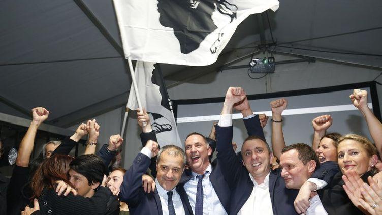 Jean-Guy Talamoni et Gilles Simeoni célèbrent la victoire de la coalition Pè a Corsica le dimanche 10 décembre 2017. (PASCAL POCHARD-CASABIANCA / AFP)